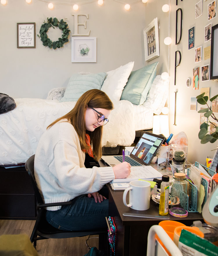 Elizabeth Tadlock studies at her desk